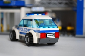 LEGO 60047 police car rear view