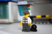 LEGO 60047 - Criminal 2 front view