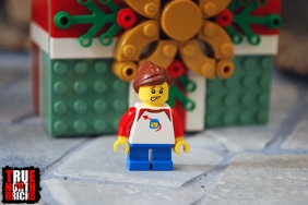 Alternate face of the Buildable Holiday Present child Minifigure.